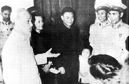 6  anh   Bác Hồ đến thăm cán bộ chiến sĩ Cảnh sát nhân dân Hà Nội nhân dịp Tết Quý Mão
